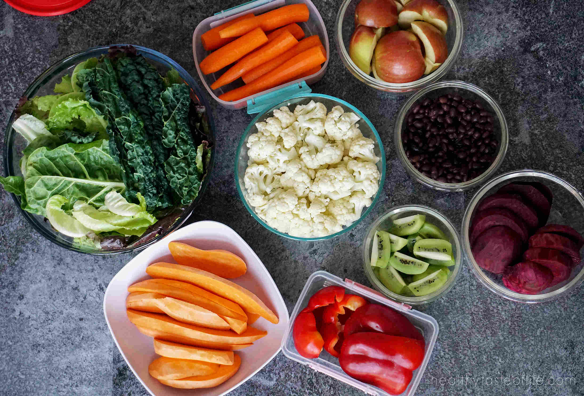 Learn a few meal prep tips for clean eating: how to store and organize fresh produce and cooked food in order to keep it fresh longer. These are great meal prep tips will teach you how to store cut veggies and fruits to last longer.