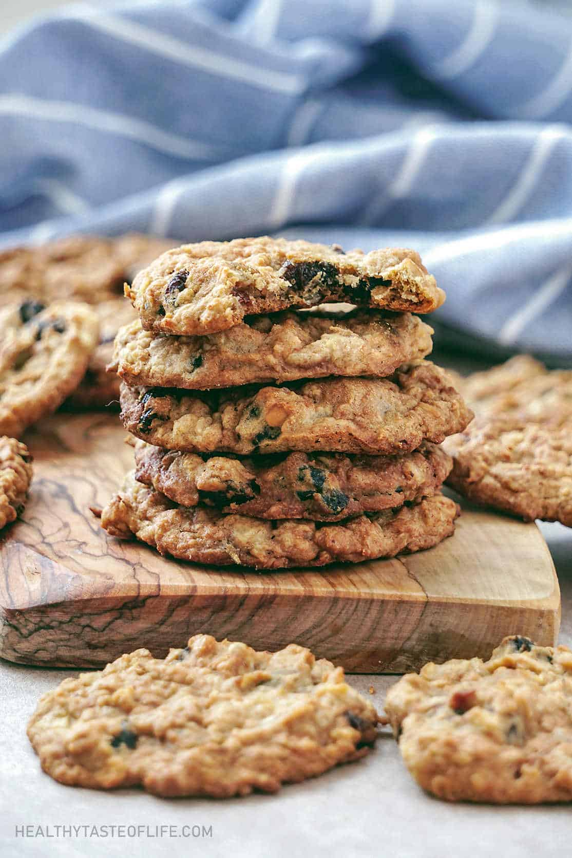 Healthy oatmeal cookies with apple sauce (gluten free vegan oatmeal cookies) made with gluten free oats and flour, coconut oil, applesauce, maple syrup: perfect for clean eating.