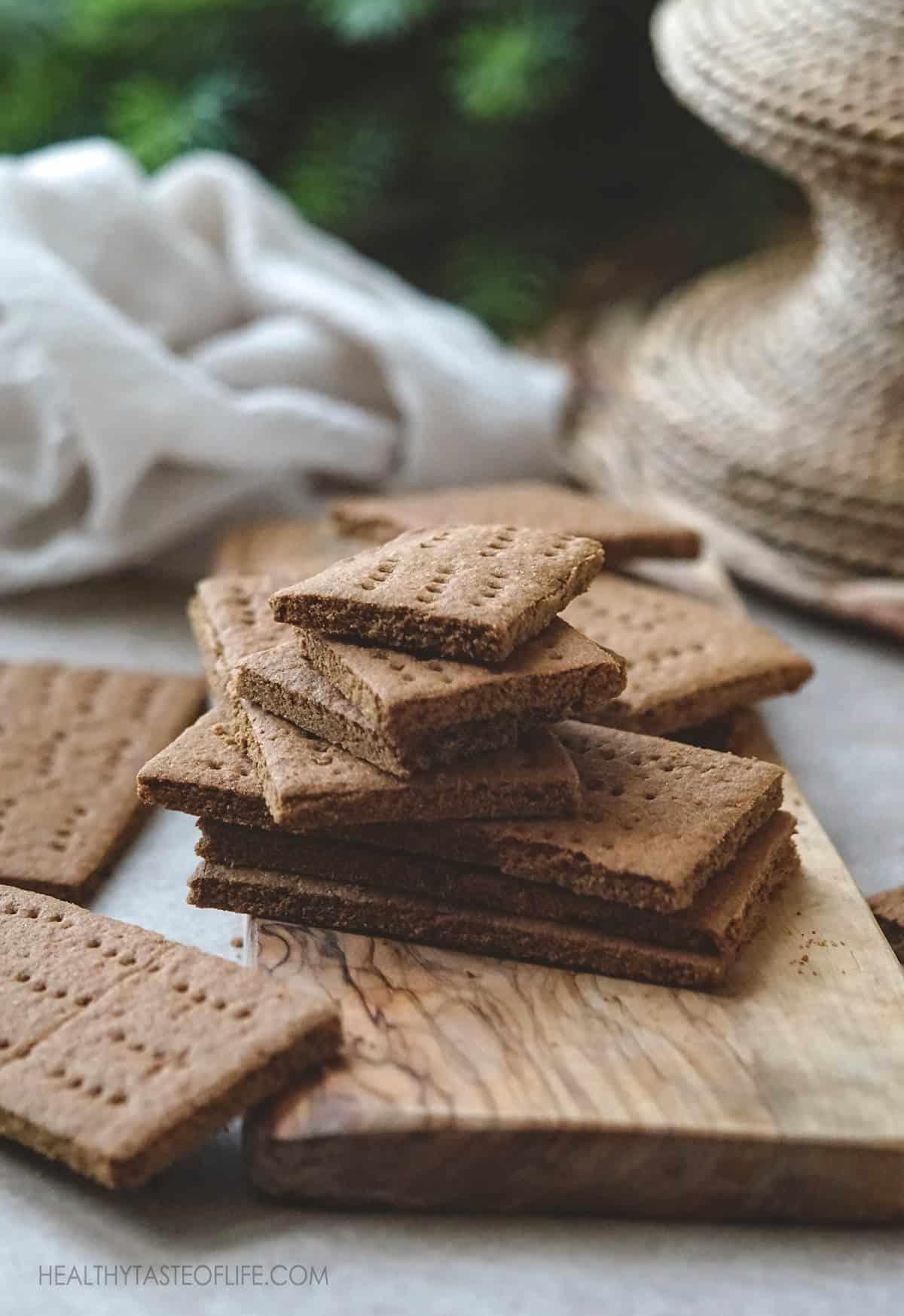 Gluten free graham crackers recipe – Vegan graham crackers, dairy free, soy free graham crackers with cinnamon and maple sugar #grahamcrackers #healthy