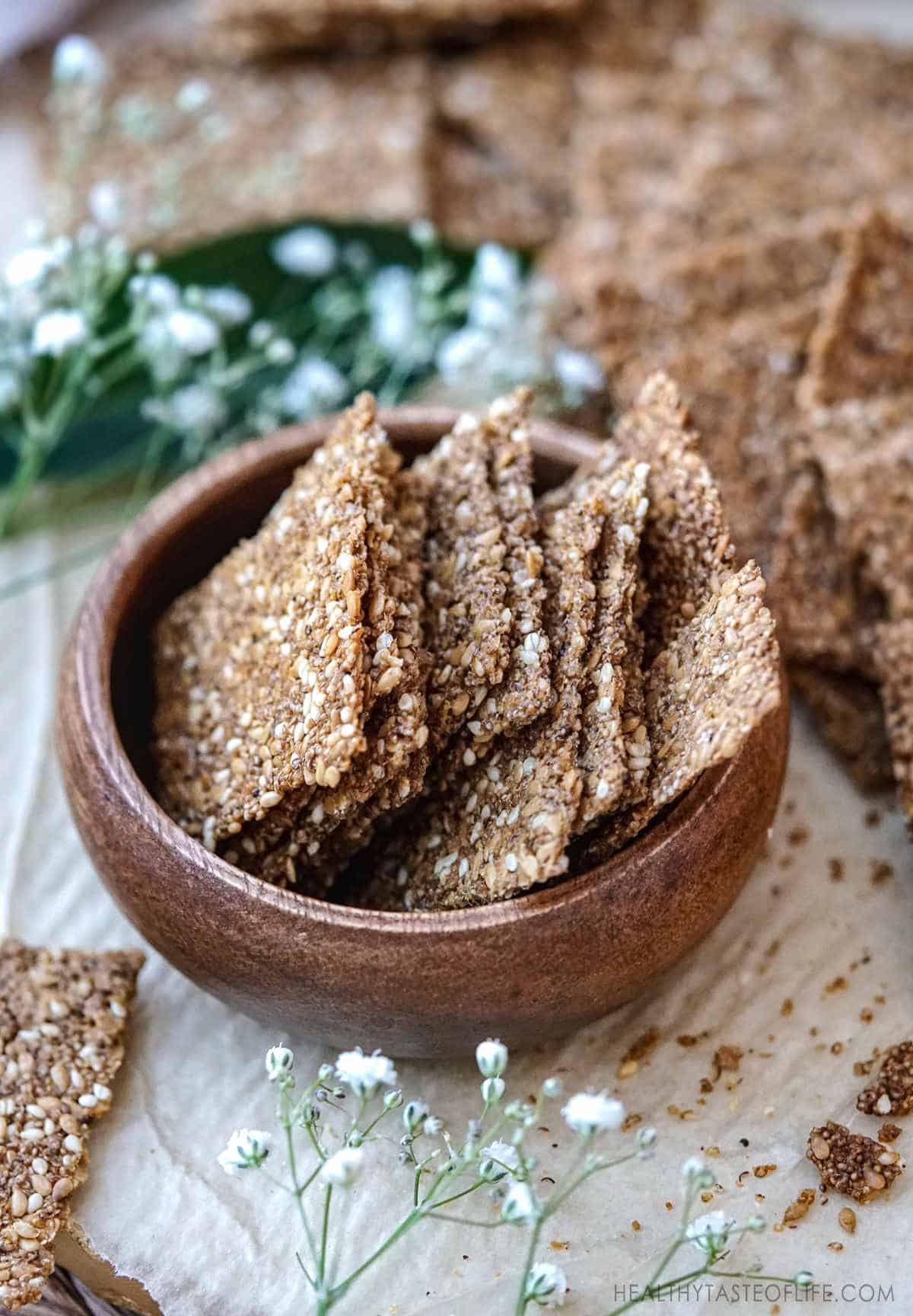 Popped amaranth crackers with flax seeds and sesame seeds